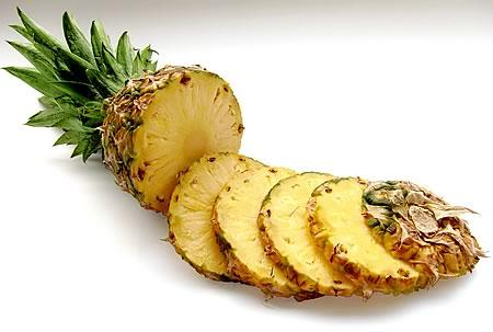 Ananas enthält das Enzym Bromelain, das u.a. entzündungshemmende Eigenschaften besitzt
